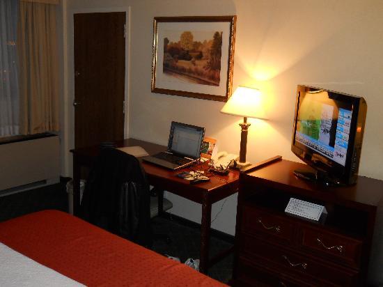 Holiday Inn Winnipeg South : desk area