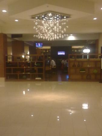 Detroit Marriott Troy : Blick auf die Bar im Foyer