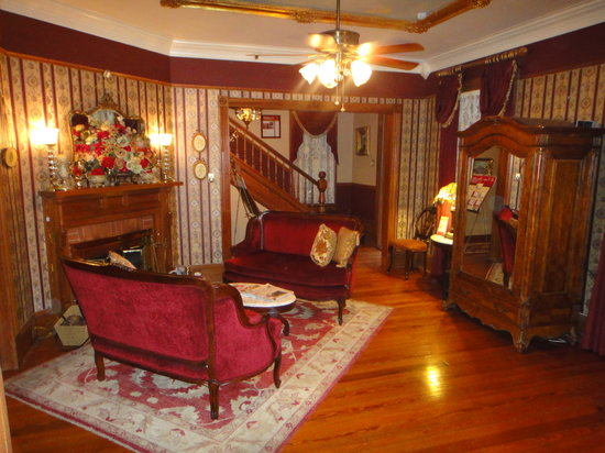The Cedar House Inn: Living room