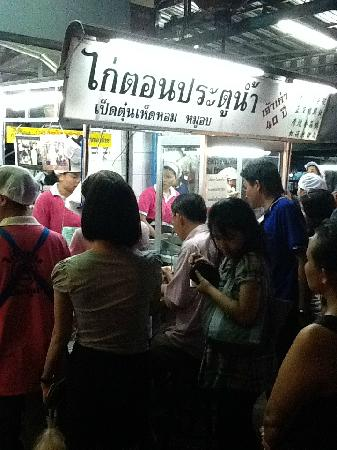 Hainanese Chicken Stall: Lots of locals and tourists queing ...