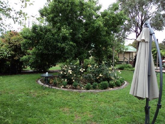 Rose Cottage Canberra: Gardens