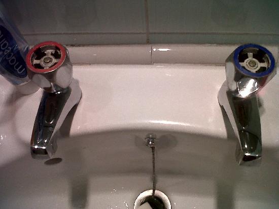 The Invercauld Arms Hotel: sink....poor hygiene