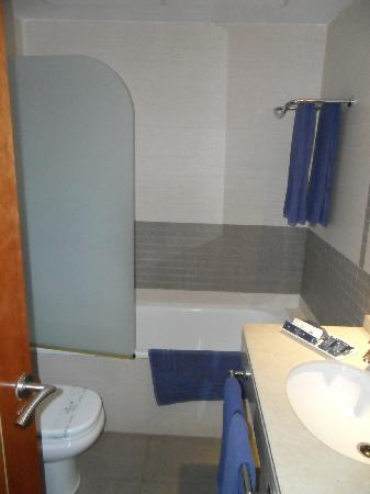 Hotel Rusadir: good size bathroom