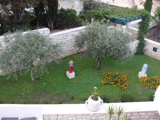 Aparthotel Bracka Perla: vista sul giardino
