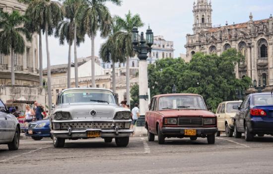 Havana, Cuba: Машины около Капитолия