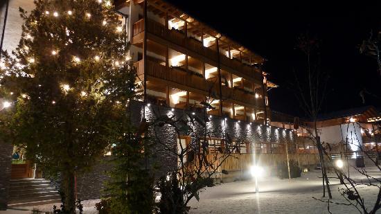Hotel Monika: Monika esterna notturna
