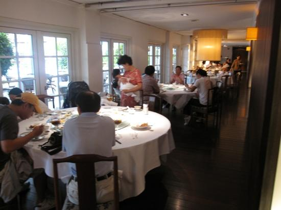 Min Jiang Goodwood Park Hotel: プールサイドで食べることも出来ます