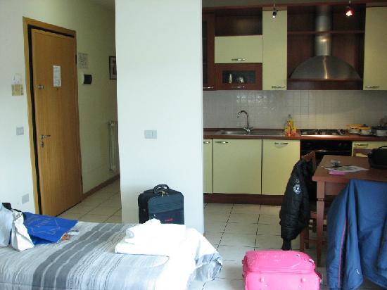 Residence le Corniole Aparthotel: Ingresso e cucina