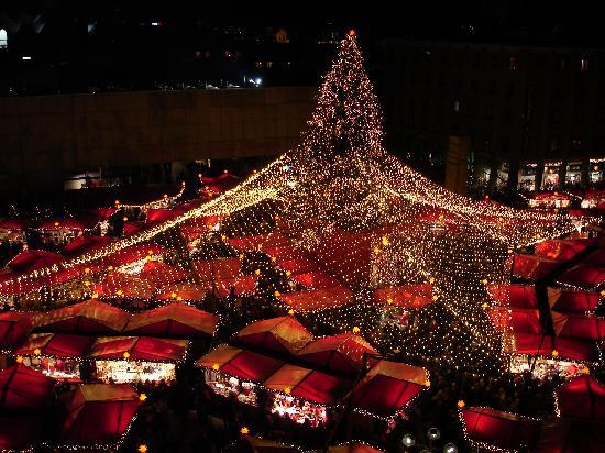 Dom Hotel Koeln: Blick aus der Suite zum Weihnachtsmarkt 2011