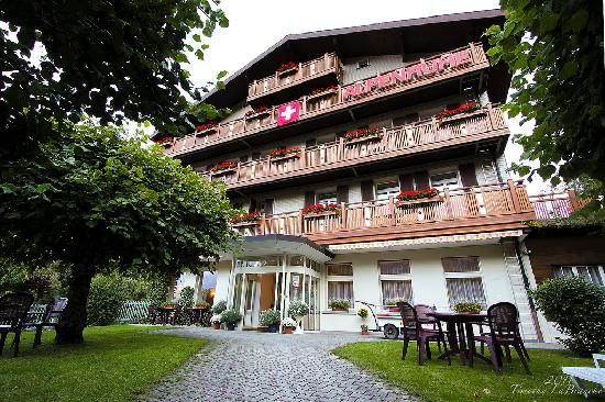 Alpenruhe Kulm Hotel: Wide angle shot of the hotel entrance.