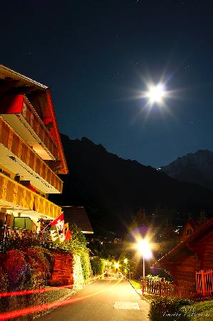 Alpenruhe Kulm Hotel: Small road leading to hotel at night. In the distance is the peak of Jungfrau.