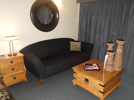 Picton Beachcomber Inn: Sofa and coffee table