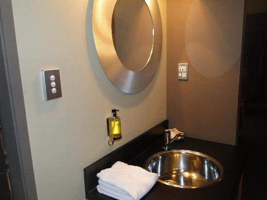 Picton Beachcomber Inn: Stainless steel vanity area