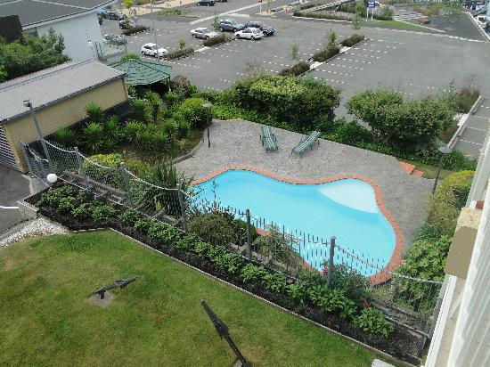 Picton Beachcomber Inn: Pool from the room