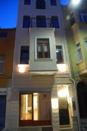 Violet Suite: Marti Apartments building illuminated at night