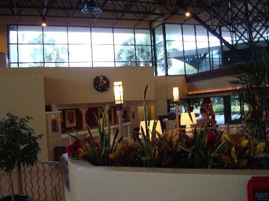 Crowne Plaza Jacksonville Airport Hotel: Front Desk and Entrance