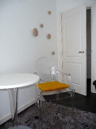 Amsterdam Boutique B&B: breakfast or sitting area in room