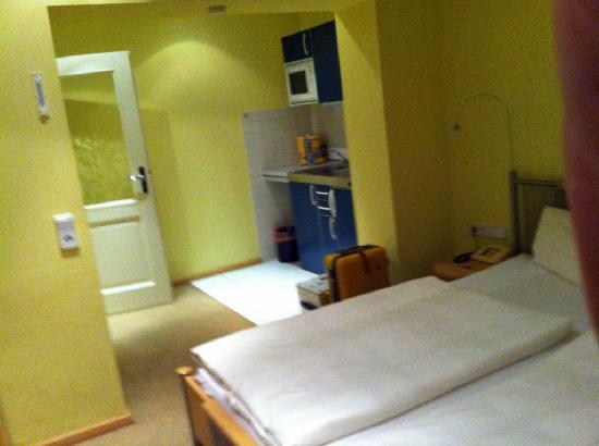 Villa Freisleben Aparthotel: Bedroom2 and kitchen