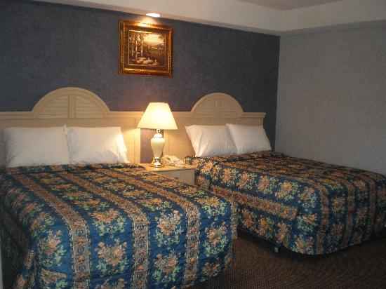Red Carpet Inn & Suites Smithville: Dulex Two Double Bed Room