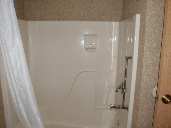 Quality Inn & Suites University: Clean shower