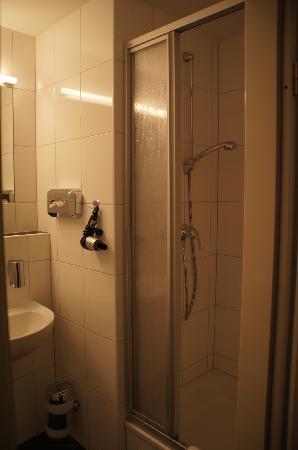 Mikon Eastgate Hotel: Bathroom - shower
