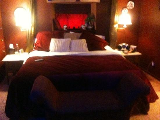 Lyons Twin Mansions: super comfy velvety bed