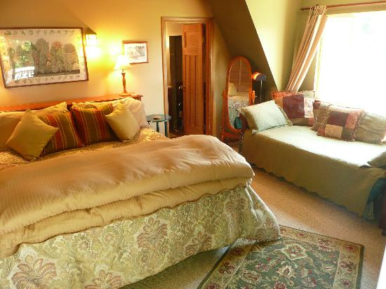 Green Cat Guest House and B&B: Master Suite with private entrance, ensuite bath, private deck, fireplace, cable tv/dvd