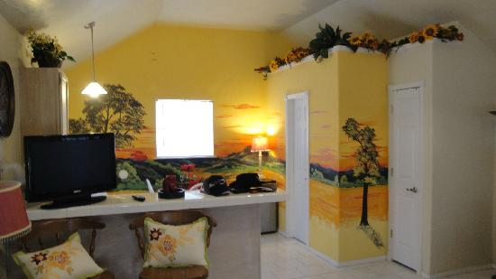 The Plantation Inn: The amazing mural in the dining/kitche area