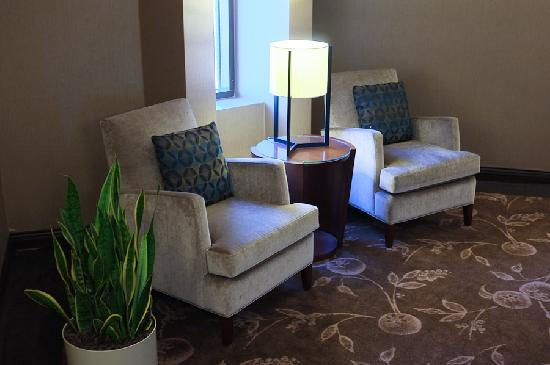 Pacific Gateway Hotel at Vancouver Airport: Landing lounge near elevator