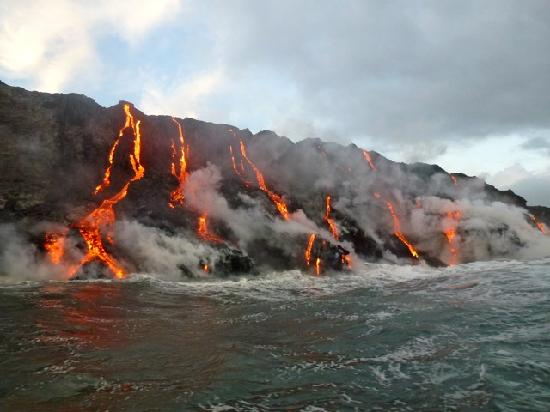 Pahoa, Hawái: Lava flowing into the sea...
