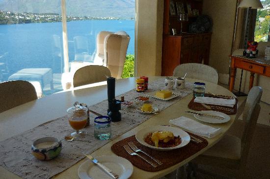 Twin Peaks Bed and Breakfast,: Breakfast