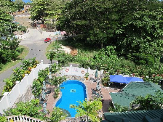 Hanneman Holiday Residence: vu de la piscine et du jardin