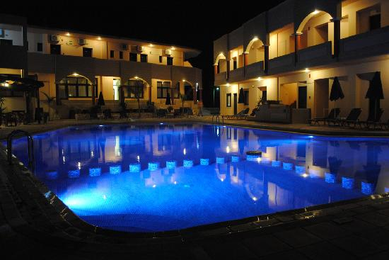 Christina Beach Hotel: at night