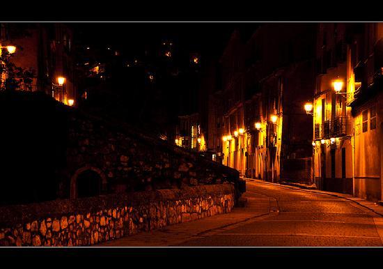 Restaurante Posada Tintes: Nocturno, al fondo está la Fonda