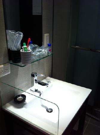 Hotel Puri : basin @ the room door