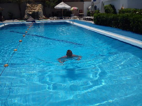 Bay View Hotel: and what a fine swimming pool is cleaned every day