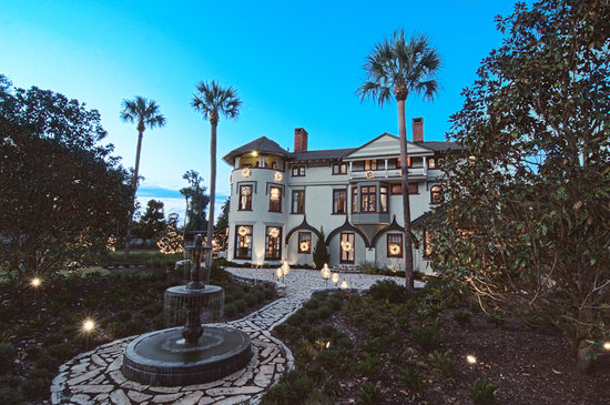 DeLand, Flórida: The spectacular Stetson Mansion at dusk
