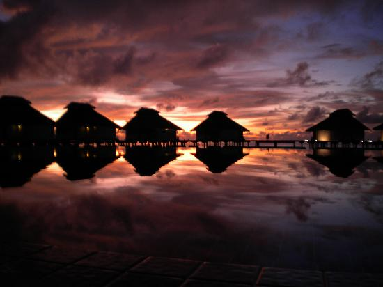Ellaidhoo Maldives by Cinnamon: Wasserbungalows abends
