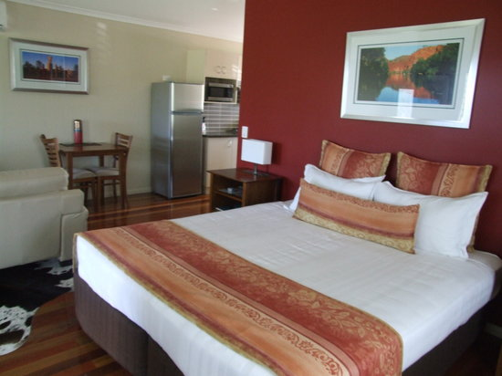 Yabbaloumba Retreat: enormous bed