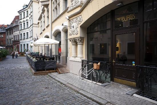 Neiburgs Restaurant: Entance & terrace