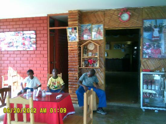 Chincha Alta, Перу: Youth from the local area of Guayabo enterttaining diners with cajón rhythms
