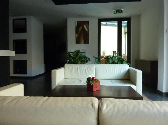 Boutique Hotel Chrysso: comfortable leather sofas in reception area