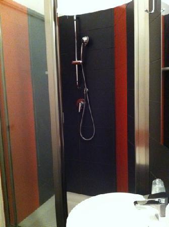 Ragusa Inn : bagno con bella doccia