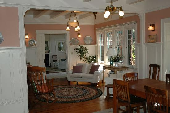 A Bed and Breakfast On Fairmount: Dining Area