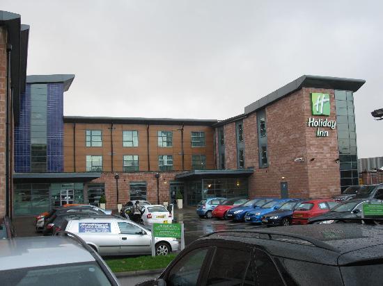 Holiday Inn Manchester Central Park: Parkplatz mit Haupteingang.