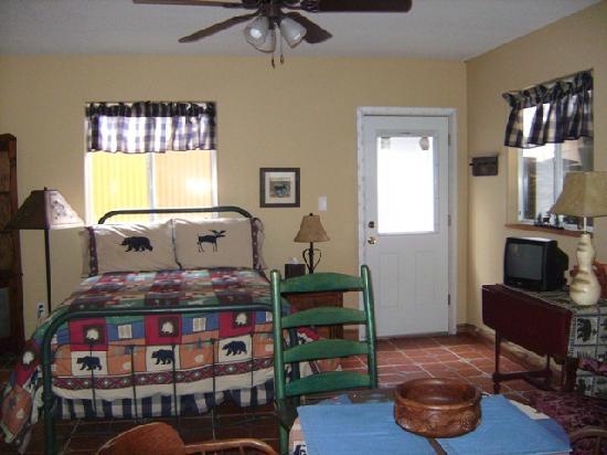 Riverwood Retreat & Tin Can Tourist Court: The Casita del Colorado has a cabin style decor