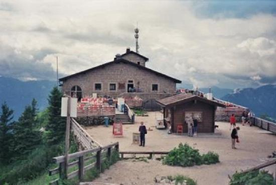 Eagle's Nest Historical Tours: Courtyard at the Eagle's Nest with Restaurant to the Left