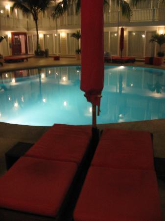 ديكاميرون لوس ديلفنز شامل جميع الخدمات: The pool at night