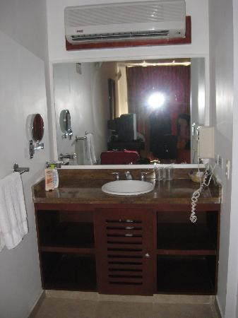 Decameron Boutique Los Delfines: vanity in room