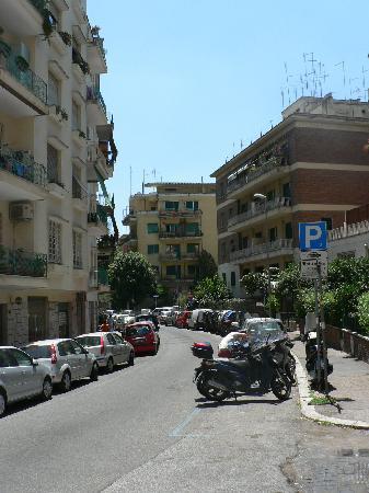 Osimar Hotel: A block from hotel, from Via Giulio de Petra.
